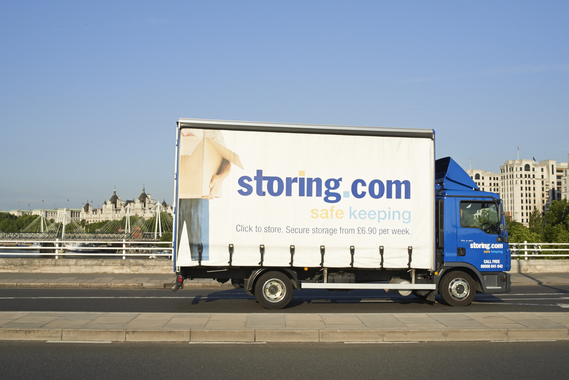 Storing.com-truck-on-Waterloo-Bridge-London